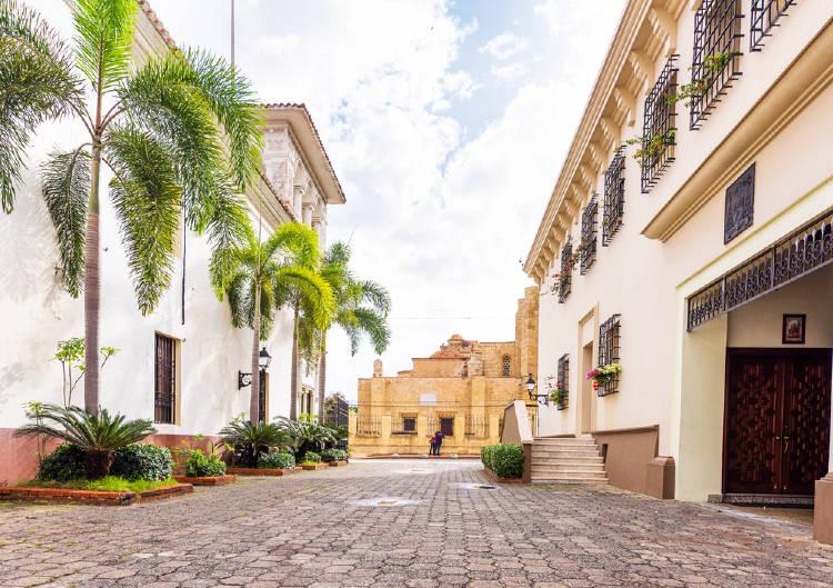 Calle histórica con palmeras en Santo Domingo, República Dominicana