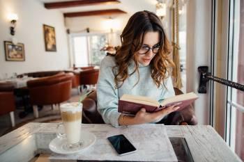 mujer lee
