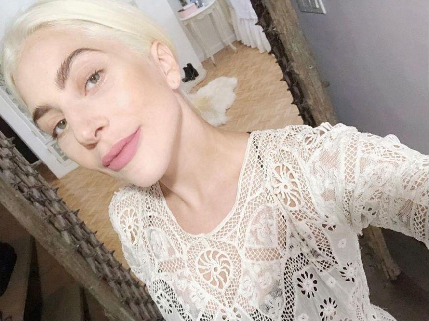 Lady Gaga llamó la atención por publicar una imagen sin maquillaje