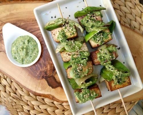 Brochetas deliciosas de tofu y vegetales