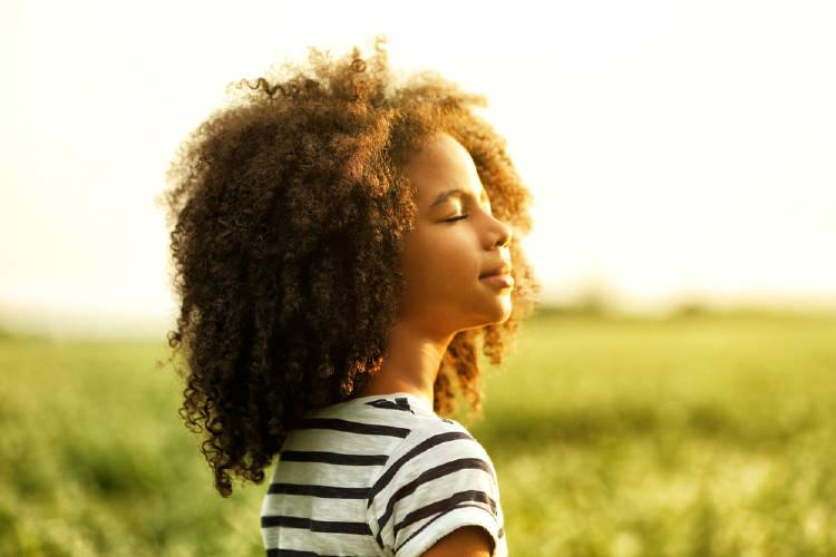 Una niña disfruta del sol