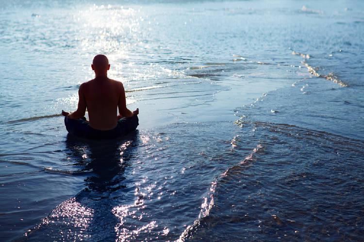 hombre medita agua