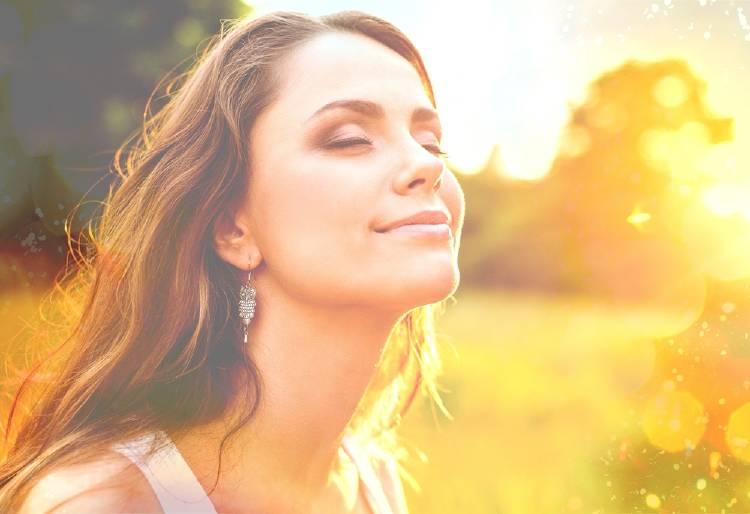 Una mujer tomando sol