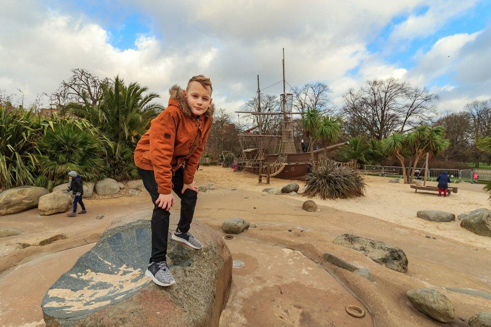 Estas son las razones por las que tu hijo debería jugar en un parque de aventuras