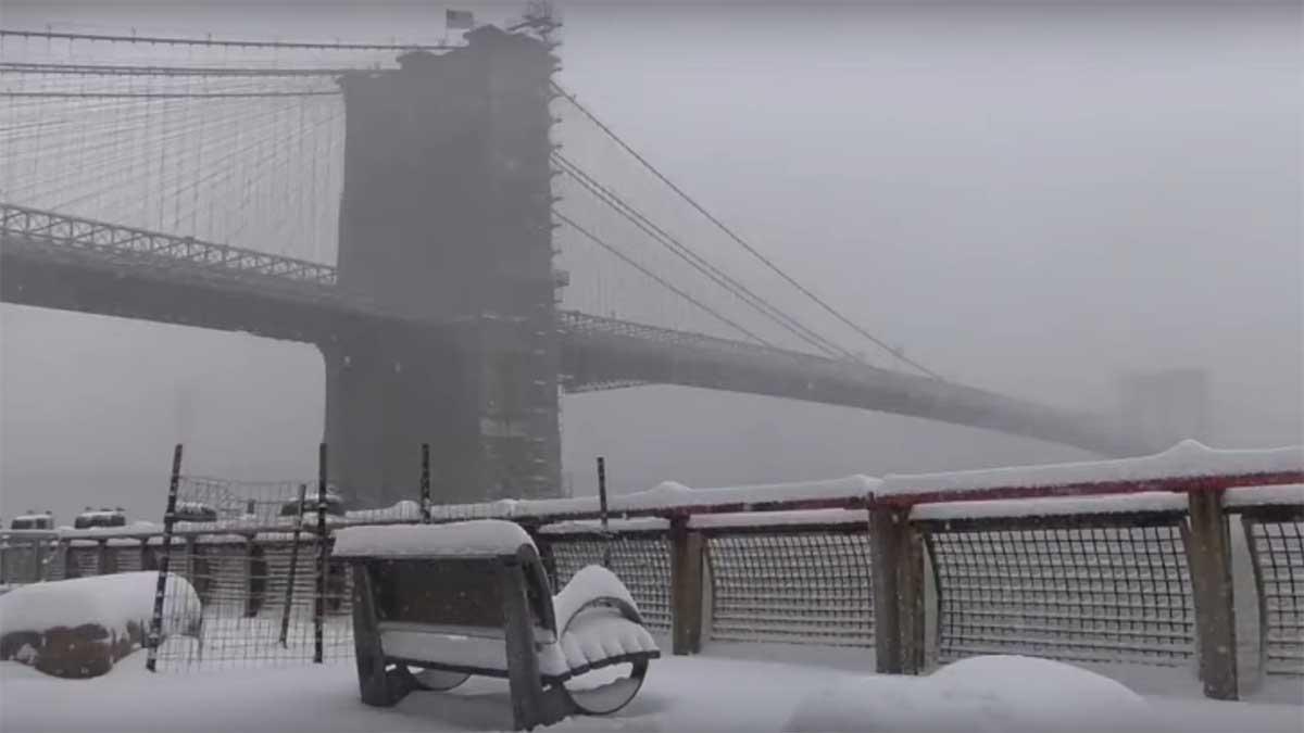 La mayor nevada de la historia azota Nueva York y se suspende la vacunación contra el coronavirus