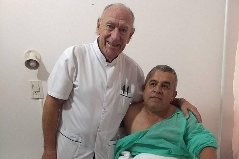 El médico no cobró la cirugía al enterarse que su paciente es bombero