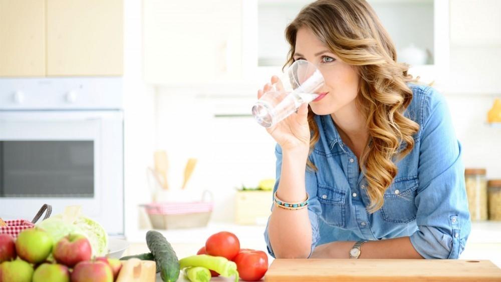 El beber agua ayuda a bajar de peso