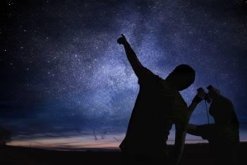 Dos personas mirando las estrellas