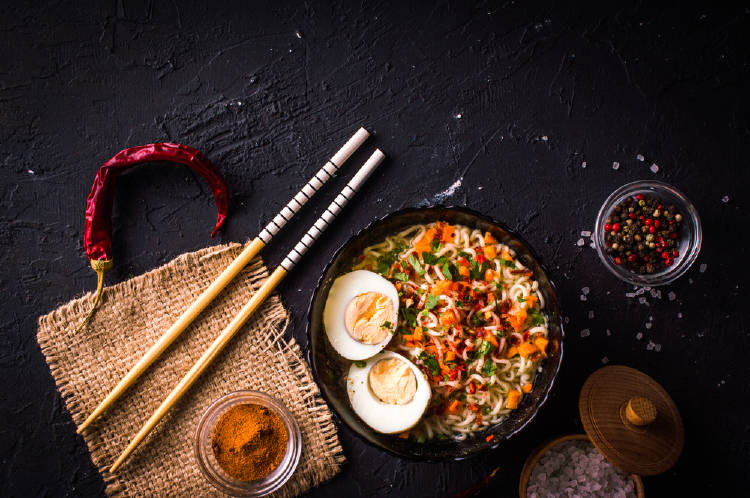 Comida oriental sobre una mesa