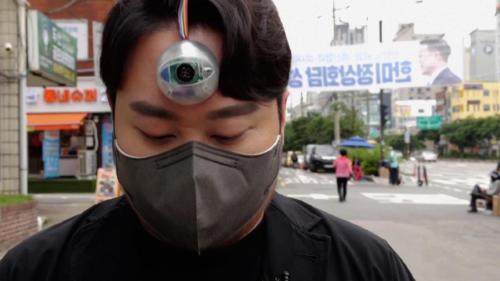"""Crean un """"tercer ojo"""" para poder caminar sin sacarle la vista al teléfono"""