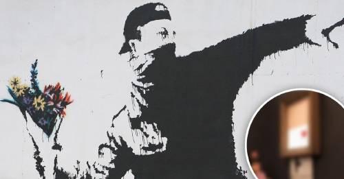 Una obra de Banksy se autodestruye en el momento en que es subastada