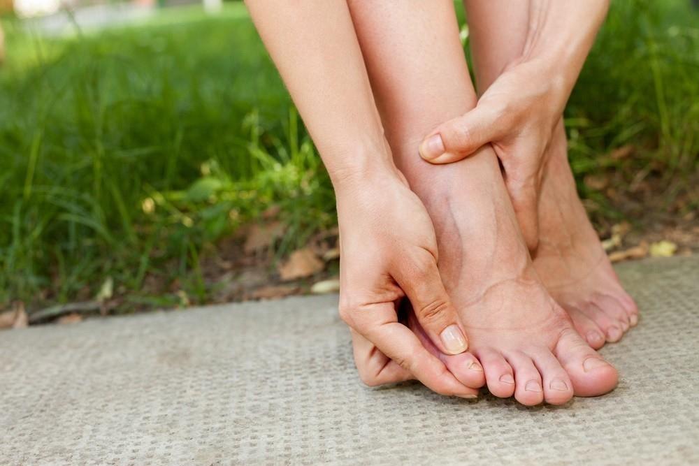 Y pies hinchados piernas