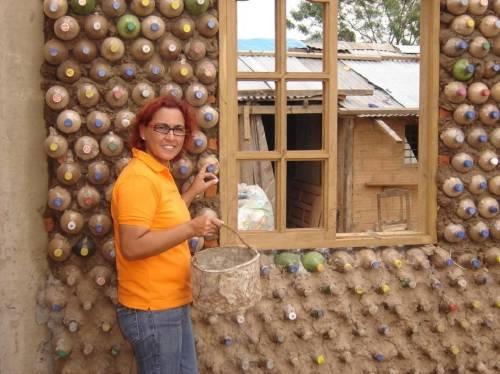 Una abogada boliviana hace casas con botellas PET para las personas en situaci..