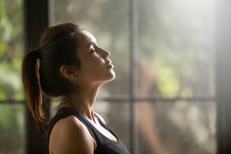 mujer ojos cerrados meditacion