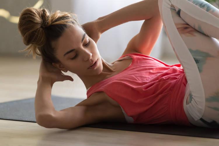mujer ejercicio - remedios caseros- dolor de estómago