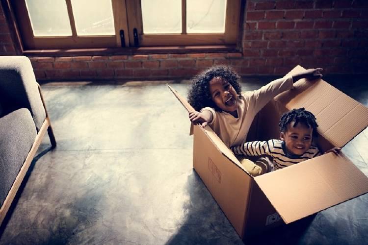 niños hermanos jugando hogar