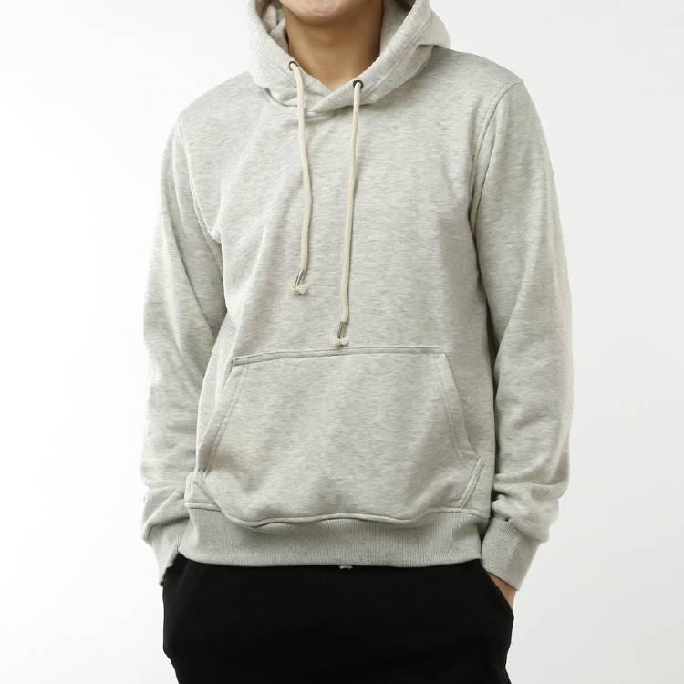 hombre con campera hoodie