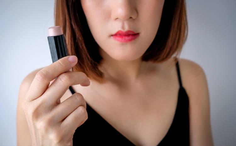 mujer sosteniendo labial