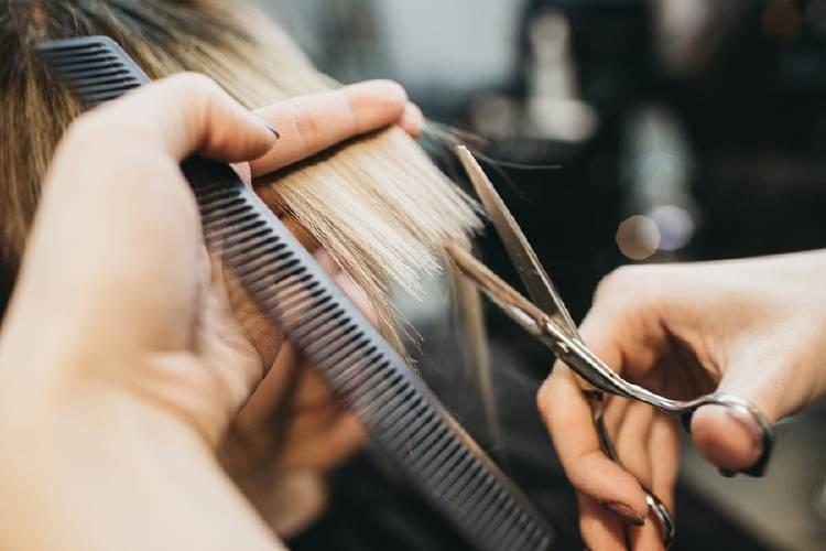 peluquero corta cabello pelo de mujer
