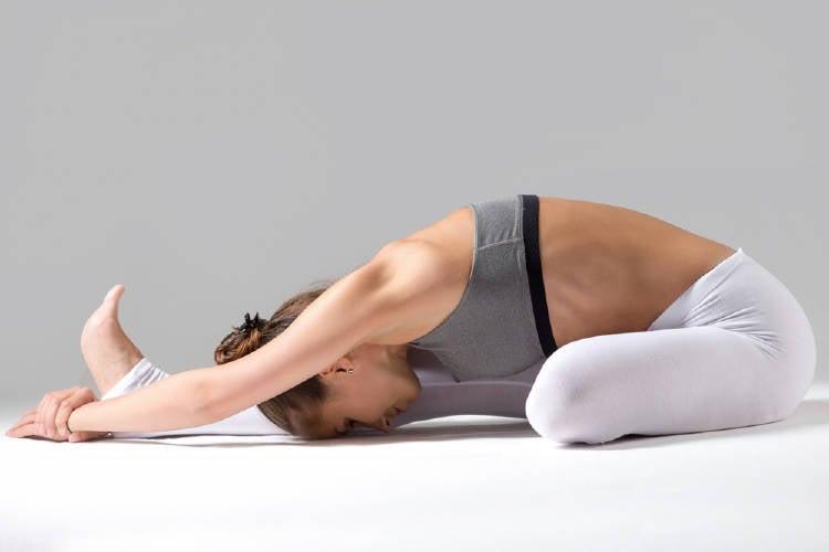 postura yoga estiramiento
