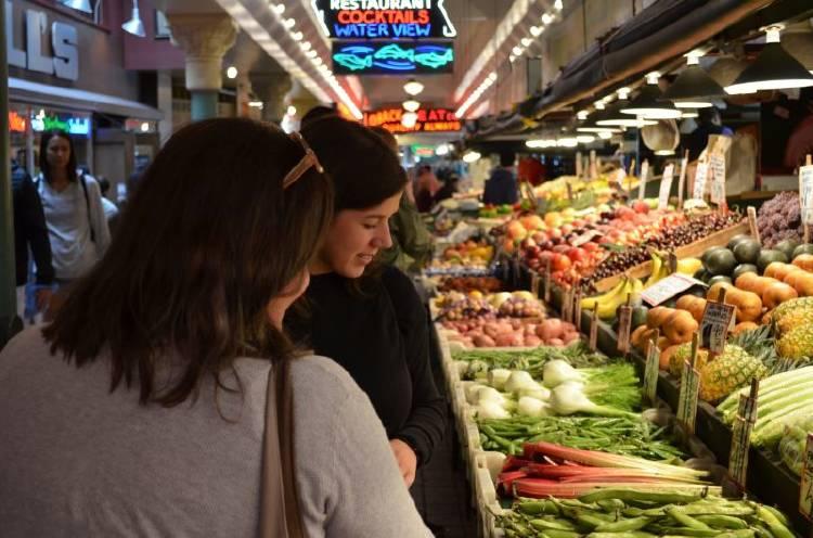 dos mujeres mirando verduras