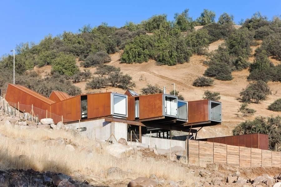 Una casa adaptada a la ladera precordillerana
