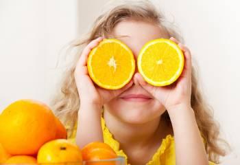niña naranjas