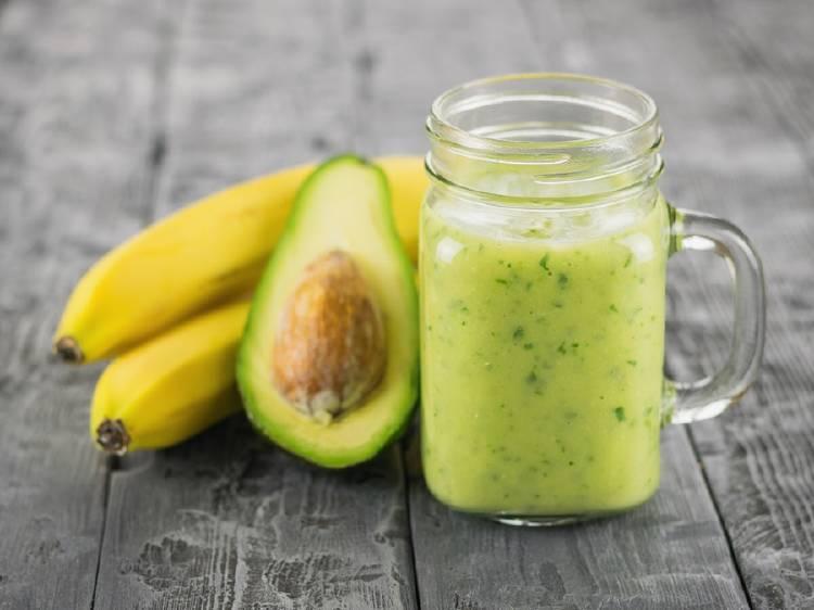 platano banana y aguacate al lado de una jarra con batido