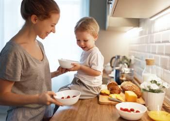madre niño desayuno