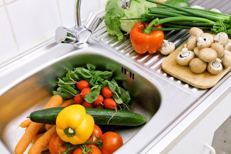 verduras en le mesada de la cocina