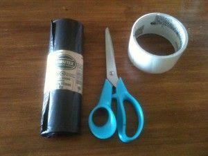 01 - Necesitas un paquete de bolsas plásticas (idealmente de 50x70 cms), tijeras y cinta adhesiva...
