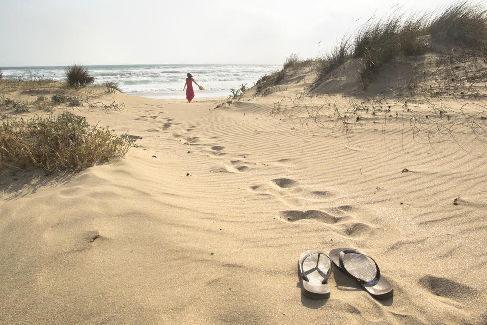 Crean chanclas biodegradables a base de algas que desaparecen en 16 semanas