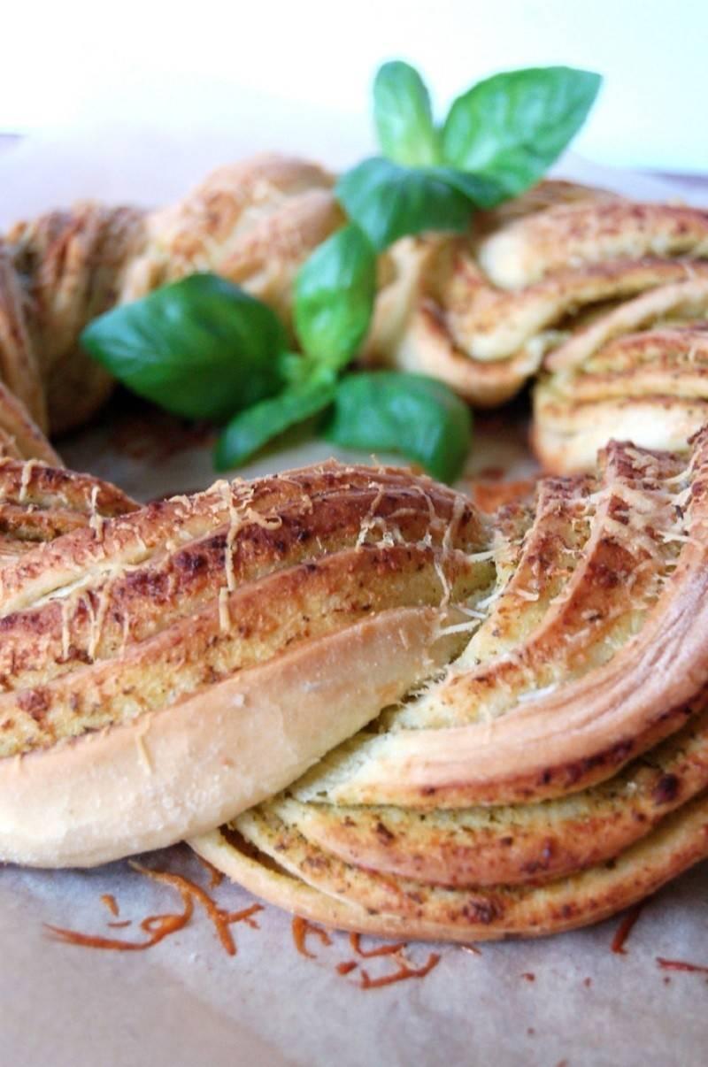 Trenza de pan casero y pesto